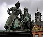Brüder Grimm-Nationaldenkmal vor dem Rathaus von Hanau - (c) makrodepecher/Pixelio.de