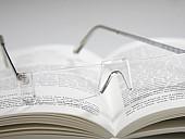 Buch mit Brille - (c) Peter Kirchhoff/pixelio.de