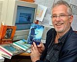 Dietmar Gnedt mit seinen Büchern - (c) Privat