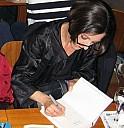 Herta Müller signiert 2009 in der Mainzer Buchbar Lomo ihren Roman